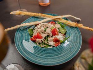 Теплий салат з куркою та шпинатом